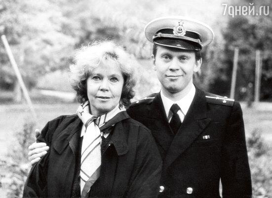 «Мы помирились с Ниной Максимовной. Она приехала к нам, Глебка бежал впереди, и вдруг Нина Максимовна сказала: «Он похож на Володю...» с сыном Глебом Высоцким. Нижний Тагил, 1986 год