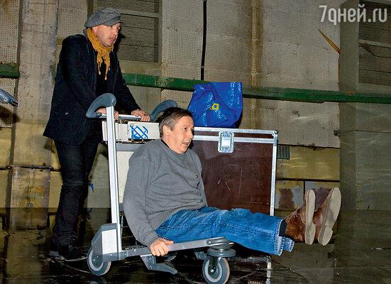 Репетиции проходят на Киностудии имени Горького. Во время перерывов Гарик Сукачев любит покатать друзей по огромному павильону на тележке