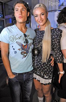Ольга Бузова (справа)