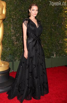 Анджелина Джоли получила награду имени Джина Хершолта за свою благотворительную деятельность