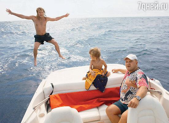 Квартира в Сочи дает возможность продлить лето. Рома с братом Никитой и отцом Игорем на морской прогулке