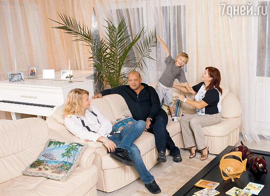 Дизайн гостиной, как и всей квартиры, придумал сам Роман. С отцом, братом и мамой Светланой