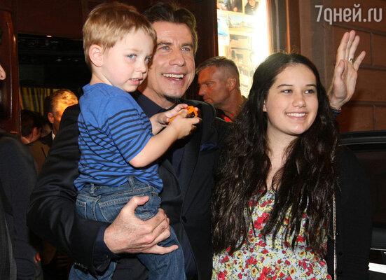 «К счастью, Келли удалось забеременеть— и у нас появился чудный малыш, Бен. Дочка очень радовалась этому событию». Джон Траволта с дочерью Эллой Блю и сыном Бенджамином. Карловы Вары, июнь 2013 года