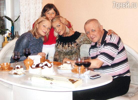 Решение лететь в Питер, чтобы отметить свой день рождения с родителями, возникло у Насти внезапно. С мамой Тамарой Владимировной, папой Юрием Федоровичем и Аришей в квартире отца в Питере