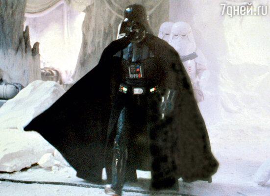 Зрители так и не узнали, каквыглядит актер, играющий Дарта Вейдера в«Звездных войнах», — весь фильм он проходил вдоспехах и в шлеме