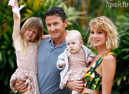 Глюк'oZa с мужем Александром Чистяковым и дочерьми Лидой и Верой