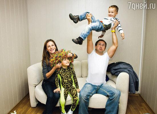 Оскар Кучера и его жена Юля развлекали своих детей — участников «Стиляги-шоу» перед их выступлением