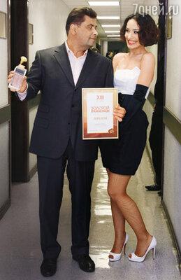Лауреаты «Золотого граммофона» Николай Расторгуев (с призом «За вклад в музыкальное искусство») и Вика Дайнеко
