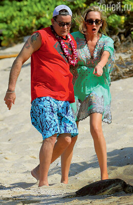 Чарли Шин сделал предложение Бретт Росси после Дня святого Валентина, проведенного на Гавайях
