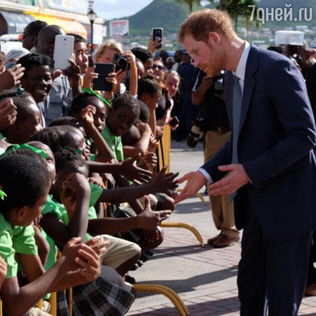 Принц Гарри во время визита в Сент-Винсент