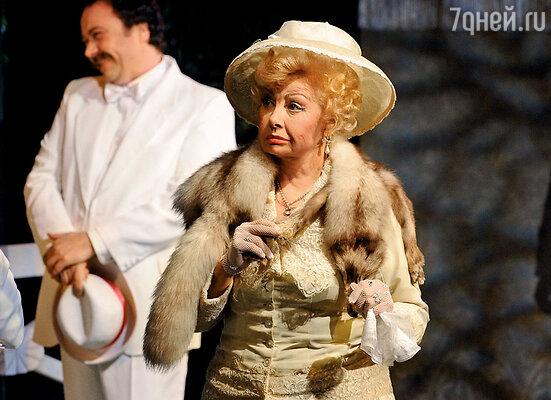 В спектакле «Бешеные деньги». С Аросевой мы столкнулись на одной роли  — Надежды Чебоксаровой...