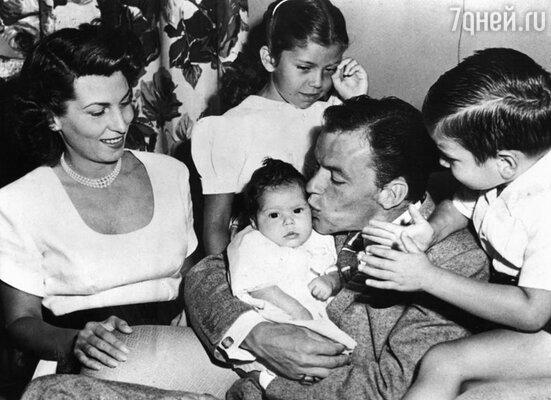 Фрэнк Синатра с женой Нэнси Барбато и детьми, 1948 год