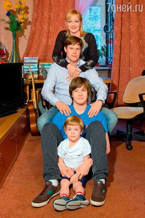 Татьяна Буланова и Владислав Радимов с сыновьями Сашей и Никитой
