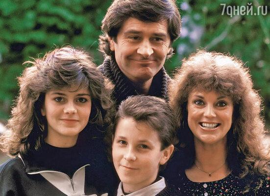 Обещанный Спилбергом гонорар привел в состояние сильного возбуждения всех членов семьи Бейл. Кристиан с родителями и сестрой Луизой, 1988 г.