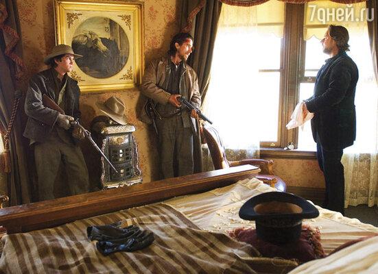Логан Лерман, Кристиан Бейл и Рассел Кроу. Кадр из фильма «Поезд на Юму», 2007 г.