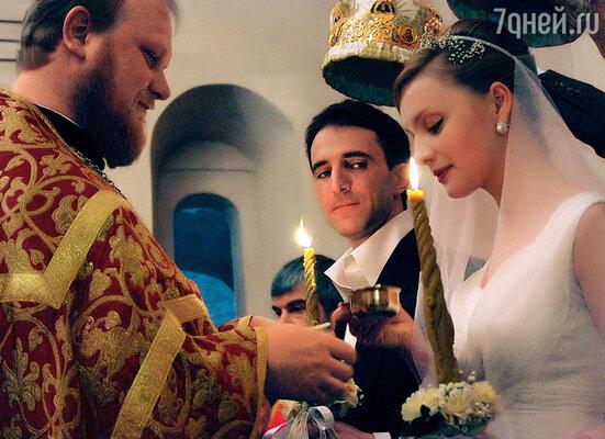 После венчания возникло ощущение, что узор отношений, который мы с Катей год плели, залили янтарем, закрепив его навеки