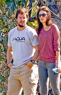 Марк Уолберг с женой Рией на прогулке в Калифорнии