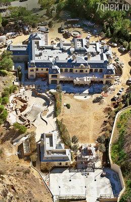 Будущий дом-дворец, который строит актер в пригороде Лос-Анджелеса. Уолберг выкупил также окружающие горы и водопады