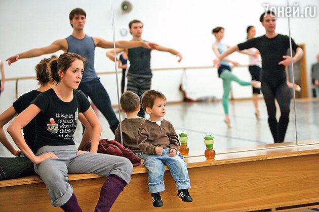 Анастасия Меськова с сыном Васей на репетиции