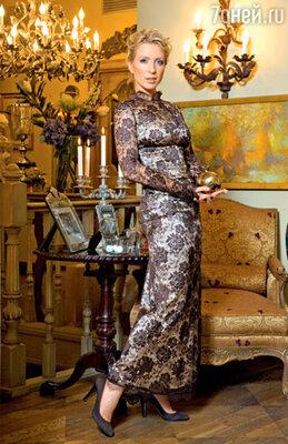 Предмет особой гордости телеведущей — платье, сшитое на модель с показа. «Дышать в нем, правда, нельзя, но сидит чертовски хорошо!»