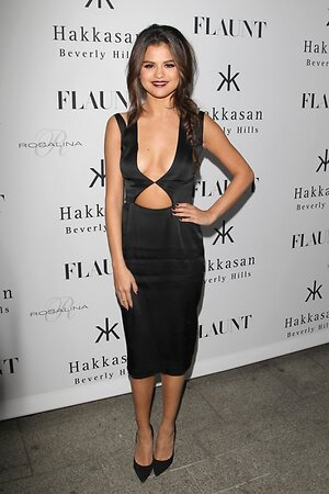 Селена Гомес в платье от Cushnie Et Ochs и в лодочках от Jimmy Choo на вечеринке журнала Flaunt Magazine