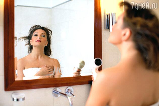 Буланова не скрывает, что в юности была не в восторге от своей внешности. «Я была недовольна весом, фигурой, волосами, носом — всем», — признается певица