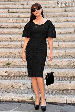 Моника Беллуччи в платье от Dolce&Gabbana и туфлях от Christian Louboutin