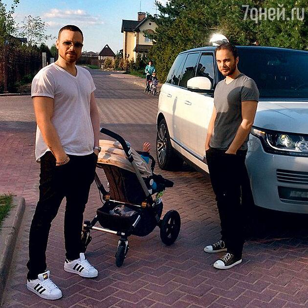Алексей Чадов с их сыном и крестный отец Феди Андрей Чадов