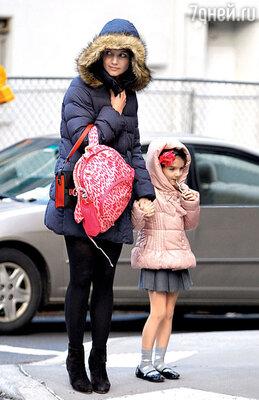 Бывшая жена Круза Кэти Холмс с их дочкой Сури. Декабрь 2012 г.