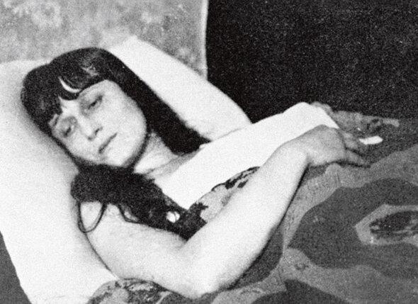 Целый год Ахматова провела как во сне, а Модильяни писал ей, что она сделалась для него как наркотик…