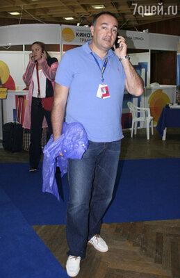 Президент фестиваля Кинотавр Александр Роднянский с дождевиком в руках