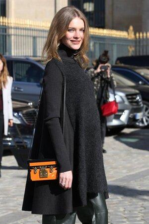 Рианна в наряде от Chanel на шоу Дома Chanel на неделе моды в Париже