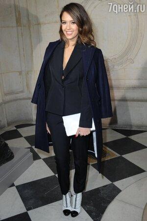 Джессика Альба в наряде от Christian Dior на показе Christian Dior на неделе моды в Париже