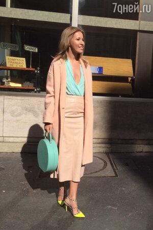 Ксения Собчак в юбке от Miu Miu, пальто от Celine, в туфлях от Valentino на показе Miu Miu  на неделе моды в Париже