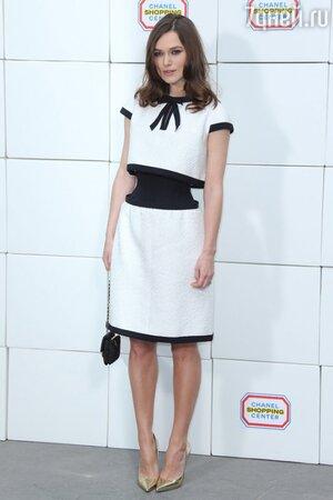 Кира Найтли в наряде от Chanel на шоу Дома Chanel на неделе моды в Париже
