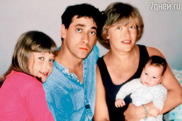 Евгений и Нина Дворжецкие с дочерью Аней и сыном Мишей. 1999 год