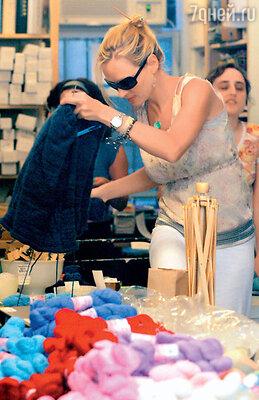 Ума Турман закупает в любимом магазинчике по три десятка мотков лучшей шерсти