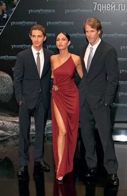 С партнером по «Трансформерам» Шайей Ла Бафом и режиссером Майклом Бэем на премьере фильма «Трансформеры: Месть падших». 2009 г.