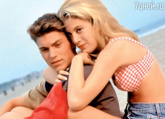 Брайан вкультовом сериале 90-х «Беверли Хиллз 90210» с партнершей Тори Спеллинг. 1992 г.