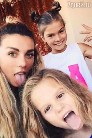 Анна Седокова с дочками Моникой и Алиной
