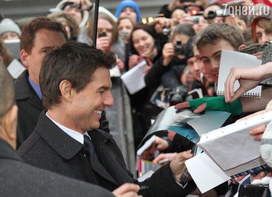 Том Круз провел полтора часа под проливным дождем на красной дорожке у кинотеатра «Октябрь», общаясь с фанатами и раздавая автографы