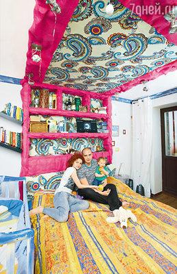 Потолок в спальне Антон собственноручно обивал ярким льном