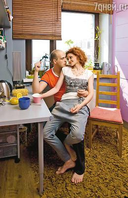 Первоначально стены кухни были ярко-желтого цвета, но когда пришла мебель цвета фуксии, супруги решили сделать фон поспокойнее