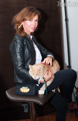 Дизайнер Наля Черная пришла на светское мероприятие со своим рыжим котом, удивительным образом похожим на пушистого любимца героини Одри Хепберн из «Завтрака у Тиффани»