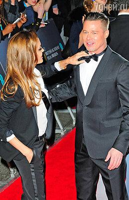 Анджелина Джоли целовала Брэда Питта на глазах у фотографов и поправляла ему галстук