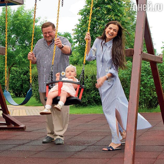 Елена Темникова с отцом и дочкой Сашей