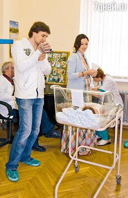 Во время выписки Григорий снимал сына на видеокамеру