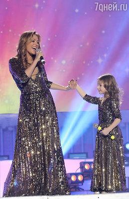 Дочка Юлии Началовой без стеснения красовалась перед зрителями в таком же нарядном платье как у мамы, только меньшего размера