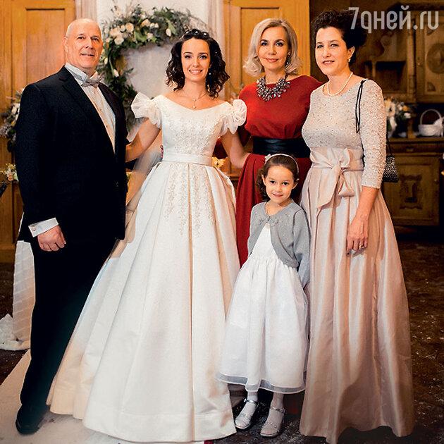 Валерия Ланская с мамой Еленой Масленниковой (в красном), папой Александром Зайцевым, его женой Дайан и их дочкой Елизабет