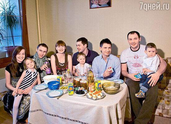 Гавр с женой Ирой и дочерью Софьей, Тимур Батрутдинов с сестрой Таней, ее мужем Юрой и их дочкой Софьей, Алексей Лихницкий с сыном Тимофеем